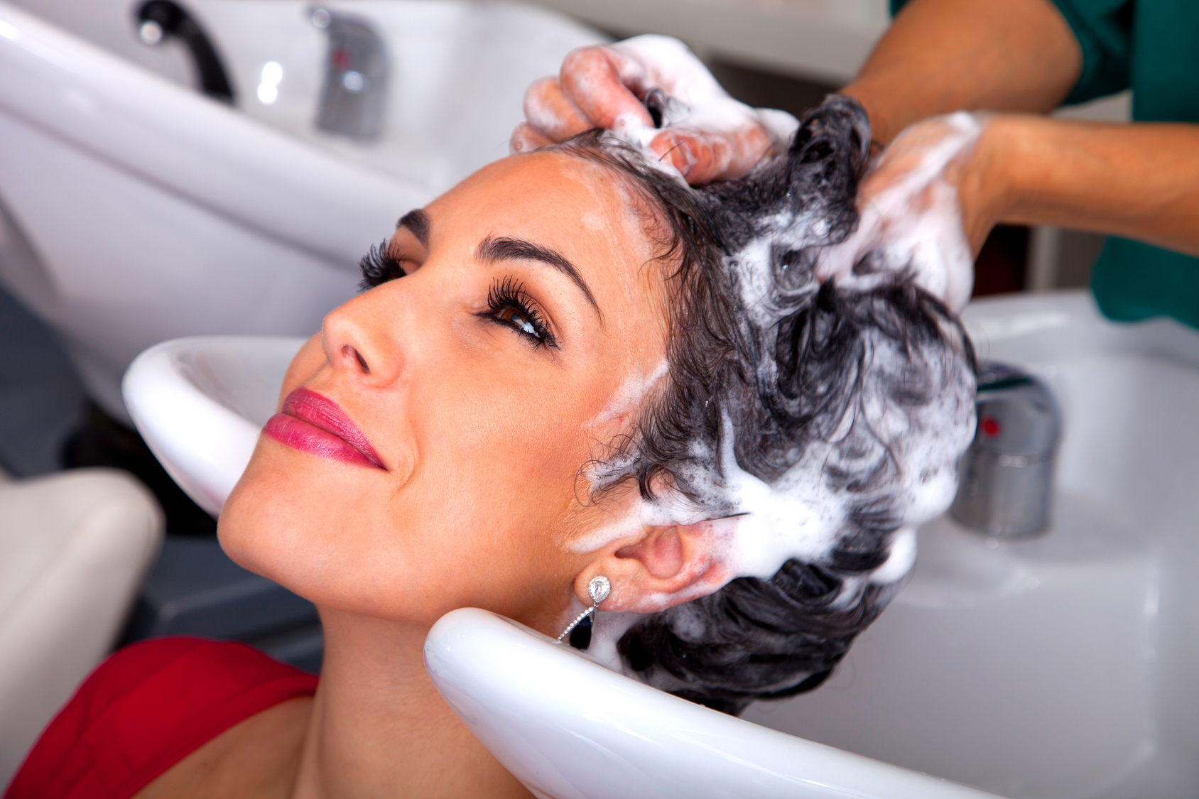 6 Basic Accessories Essential During Hair Wash